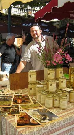Samuel vend le miel de Bonnechère sur le marché de Forcalquier