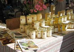 Stand miel de Bonnechère marché de Forcalquier