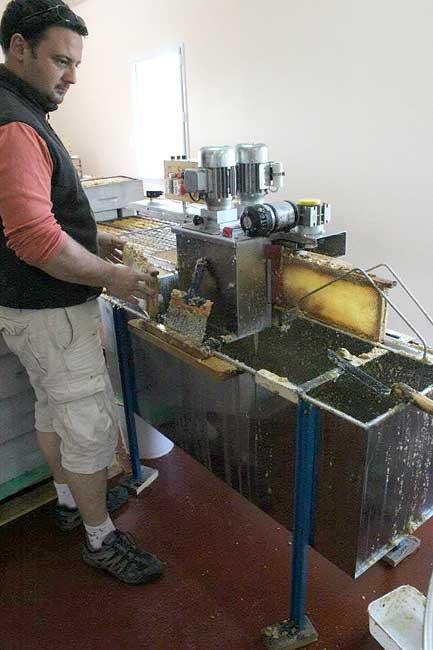 Travail de l'apiculteur dans la miellerie