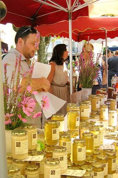 Vente du miel de Bonnechère sur le marché de Forcalquier